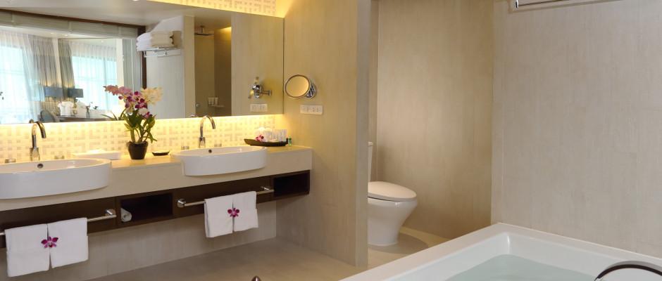 Oceanfront Deluxe Suite. Oceanfront Deluxe Suite - Bathroom